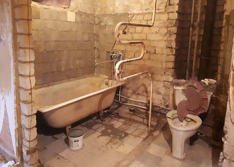 демонтаж-стіни-між-ванноюі-туалетом